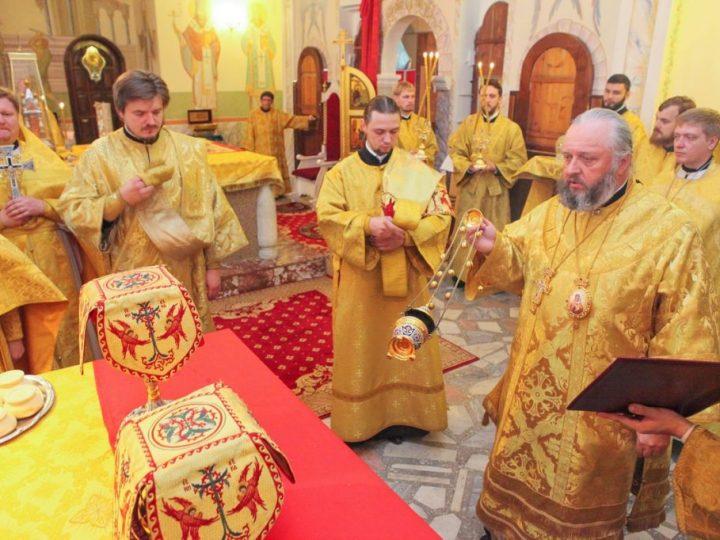 Митрополит Аристарх совершил воскресные богослужения в Знаменском соборе Кемерова