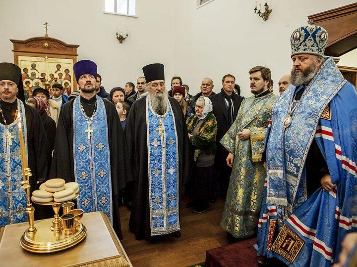 В канун престольного дня митрополит совершил богослужение в Казанском храме поселка Школьный