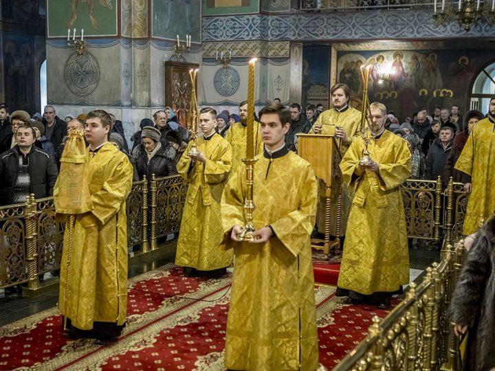 В последнее воскресенье перед Великим постом митрополит служил в кафедральном храме