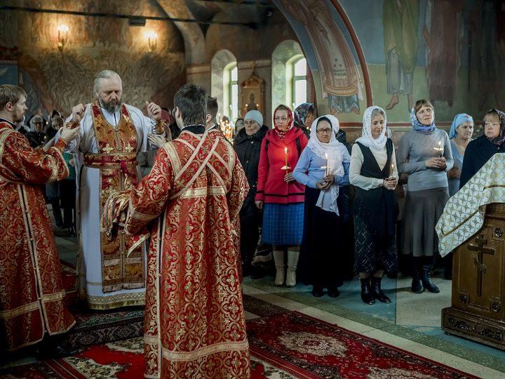 В Светлую среду митрополит совершил Божественную Литургию в центральном храме Киселевска
