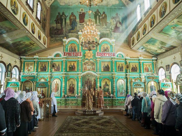 В четверг Светлой седмицы митрополит Аристарх совершил Литургию в Вознесенском храме Белова