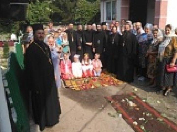 Делегация представителей Иерусалимской и Кипрской Православных Церквей посетила общину в селе Кинаховцы, храм которой захвачен раскольникамии