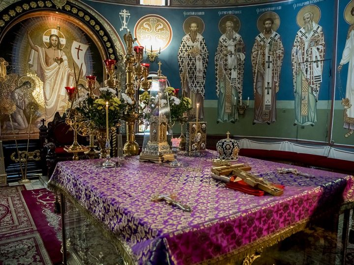Перед началом Успенского поста митрополит совершил богослужение с изнесением Креста Господня
