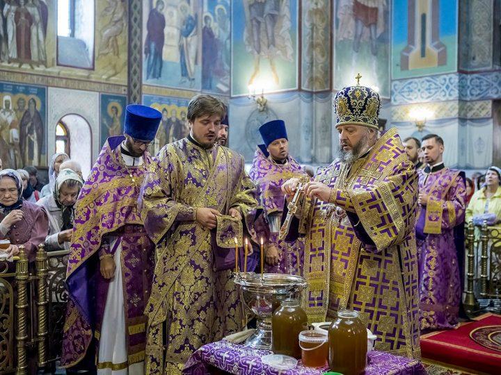 В первый день Успенского поста митрополит Аристарх совершил чин  освящения меда