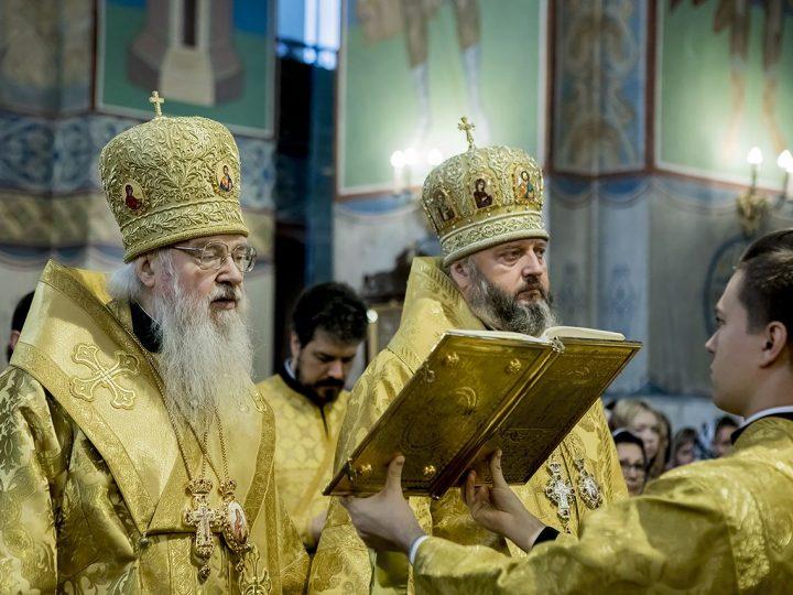 Главы Владимирской и Кузбасской митрополий совершили Божественную Литургию в Знаменском соборе