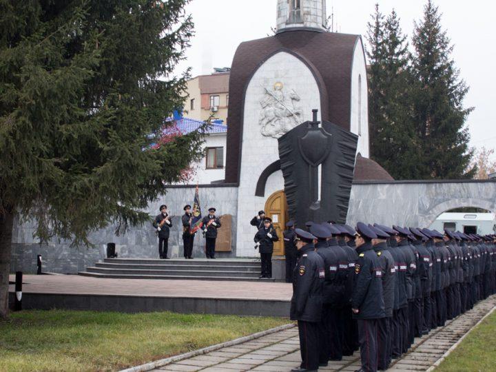 Замминистра внутренних дел РФ и новый начальник ГУ МВД по Кемеровской области почтили память погибших при исполнении служебного долга у мемориального комплекса в Кемерове