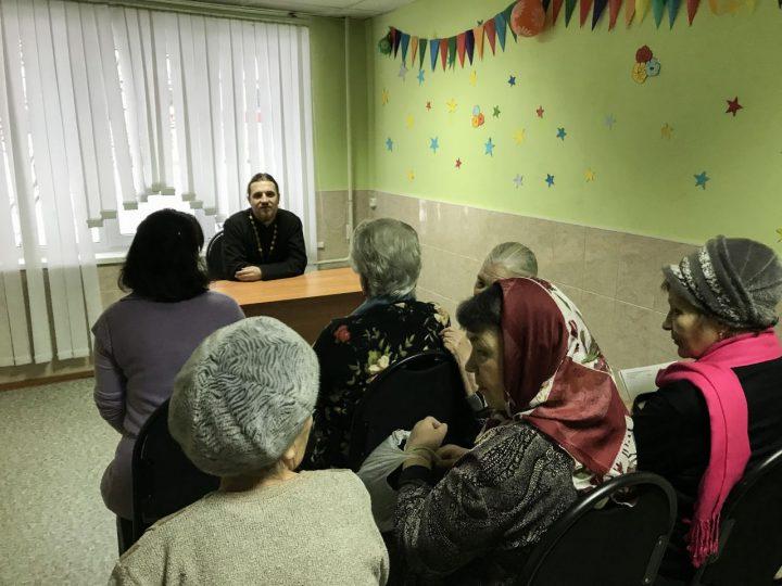 О духовном наследии России провёл беседу священник с пожилыми людьми