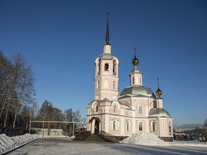 В канун престольного дня митрополит совершил Всенощное бдение в Никольском храме в Прокопьевском районе
