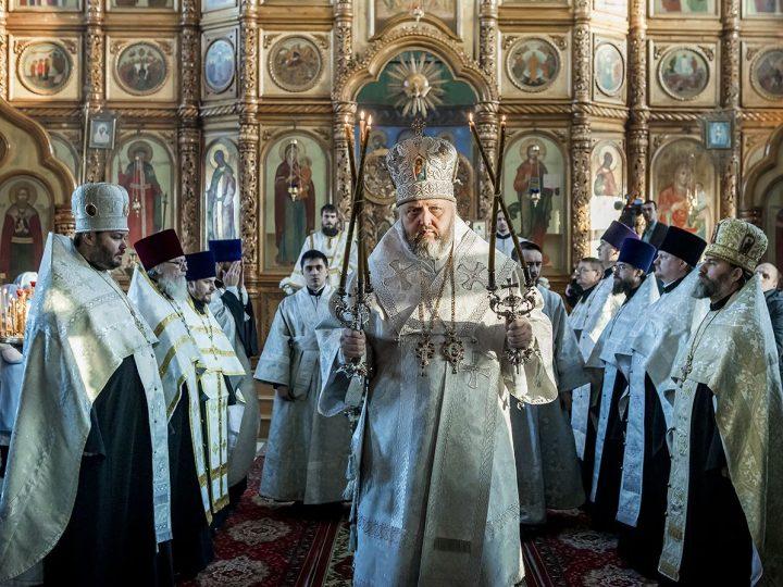 Глава митрополии совершил Великую вечерню в центральном храме Киселевска