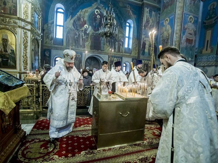 В мясопустную родительскую субботу митрополит совершил панихиду в кафедральном соборе