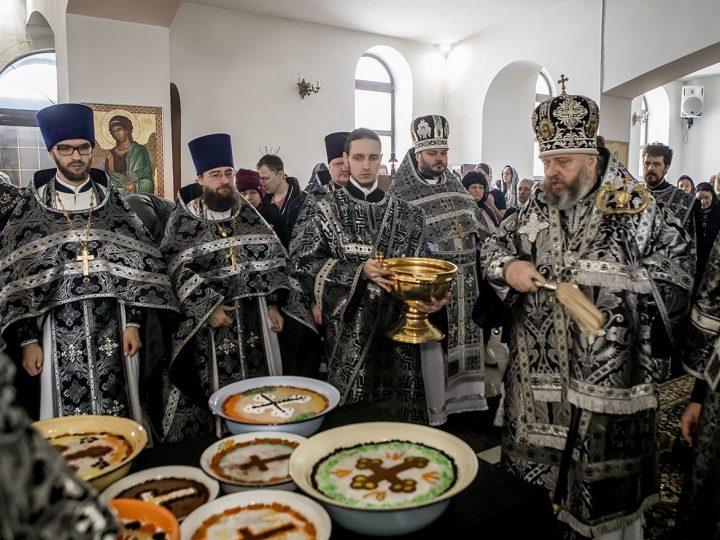 В пятницу первой седмицы митрополит освятил коливо в память великомученика Феодора Тирона