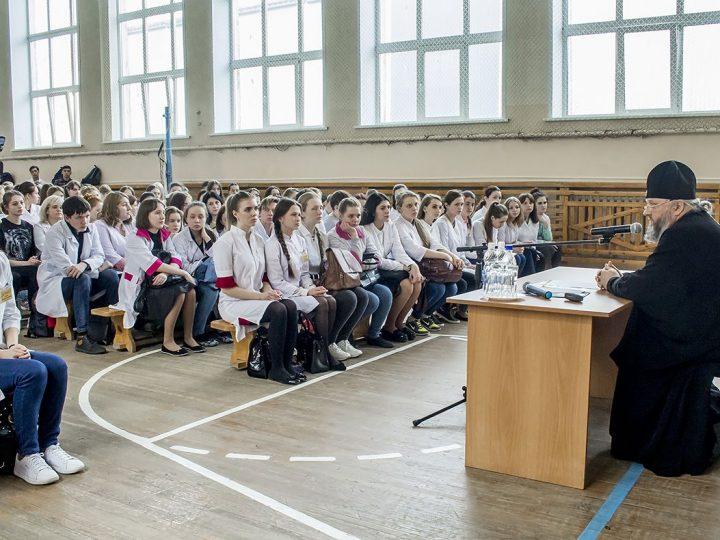 Митрополит Аристарх встретился со студентами кемеровского медицинского колледжа