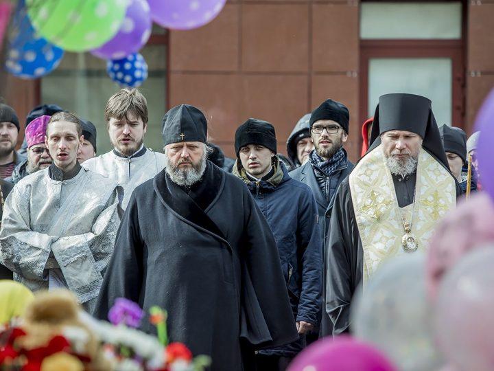 Архиереи Кузбасской митрополии посетили сгоревший торговый центр и оперативный штаб