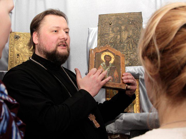 В Мариинской епархии открылась выставка старинных книг и икон