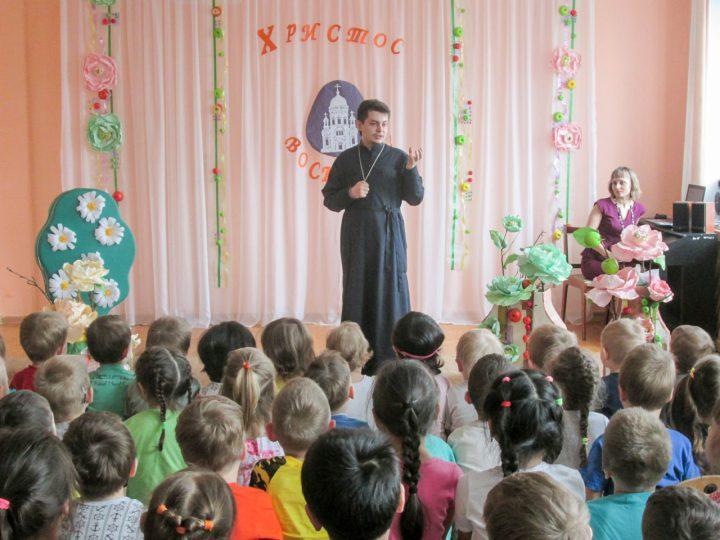 Представители Кемеровской епархии посетили кемеровский детский сад на Светлой седмице