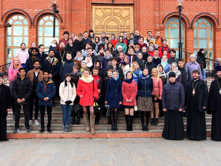 Студенты кемеровских вузов посетили Знаменский собор Кемерова на Светлой седмице