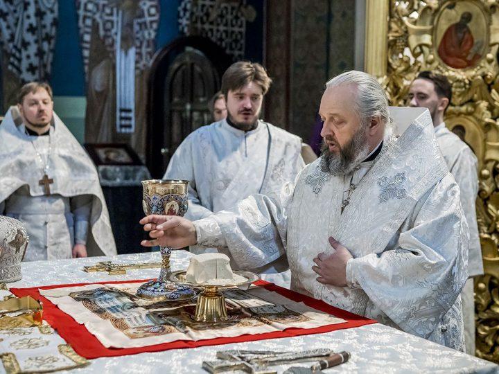 В Великую Субботу и праздник Благовещения митрополит служил в Знаменском соборе