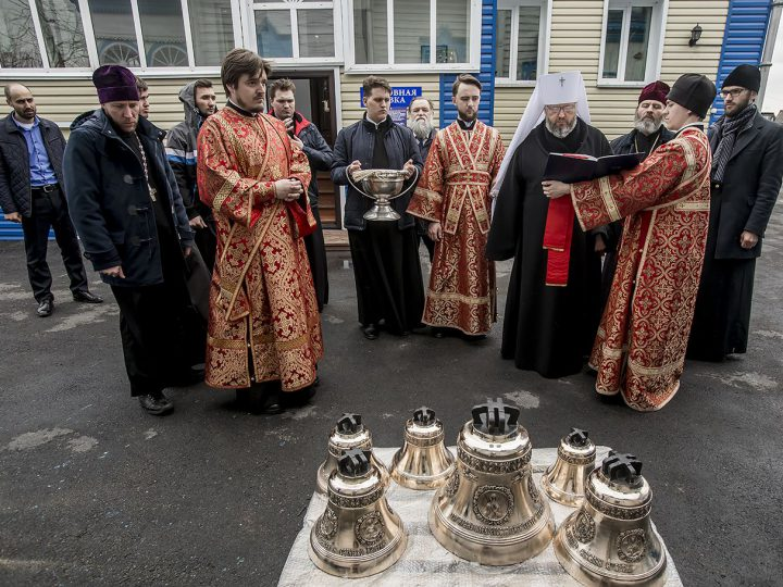 Вечером в Светлую среду глава митрополии совершил Великую вечерню в Петропавловском храме Киселевска