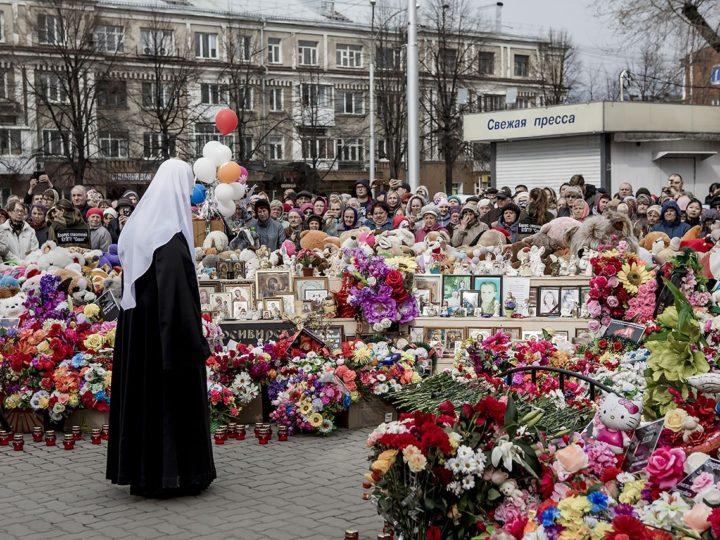 Патриарх Московский и всея Руси Кирилл возложил цветы у мемориала погибшим в торговом центре «Зимняя вишня»