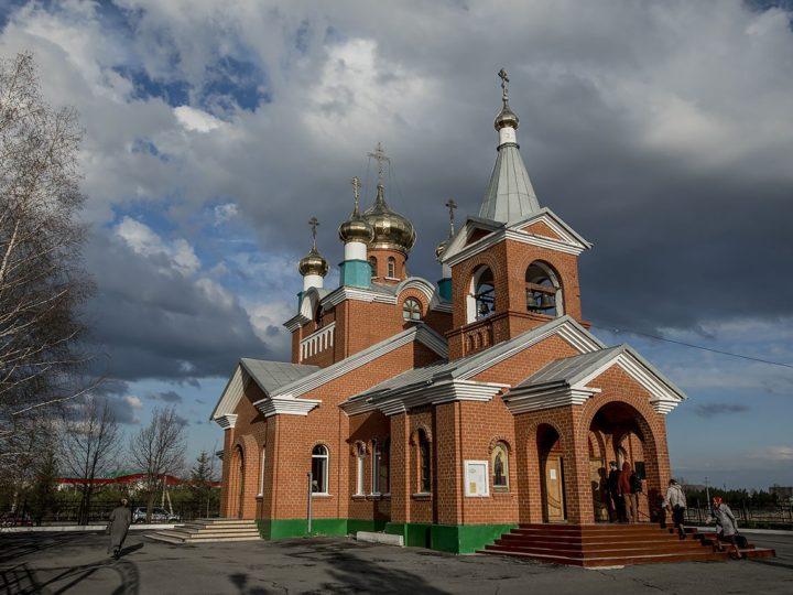 В канун недели о слепом митрополит совершил Всенощное бдение в Бачатском