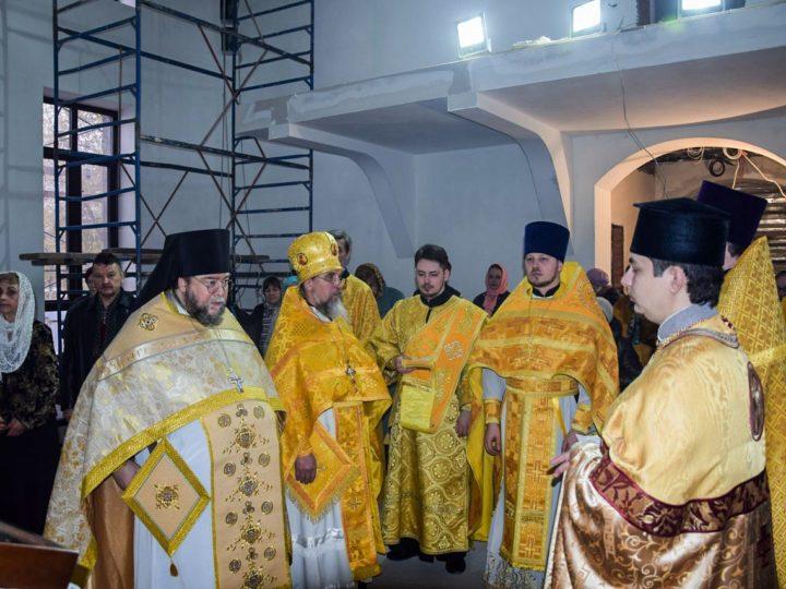 В строящемся храме Кирилла и Мефодия Кемерова совершили первую Литургию