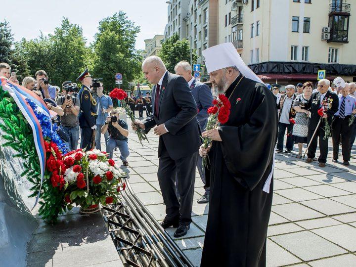 Митрополит Аристарх принял участие в возложении цветов к памятнику героям-кузбассовцам на Аллее героев
