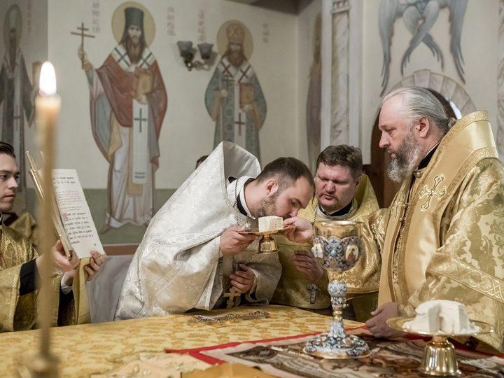 В четвертую неделю по Пятидесятнице глава митрополии рукоположил в сан священника выпускника КПДС