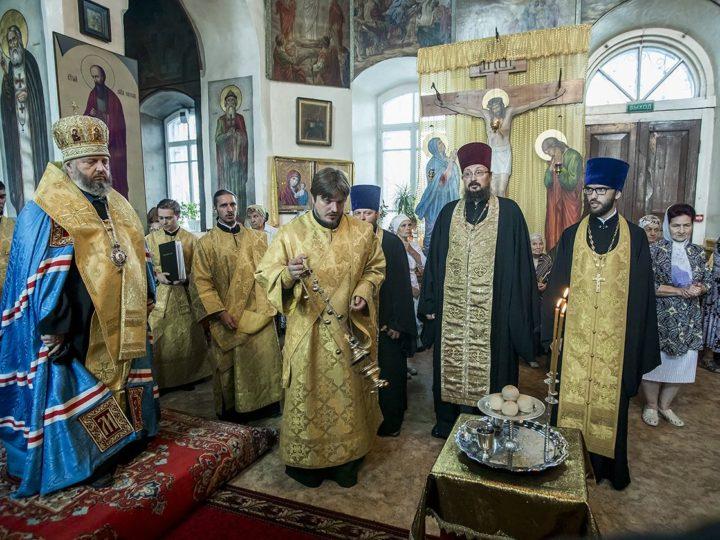 Митрополит Аристарх совершил Всенощное бдение в Петропавловском храме Салаира в канун престольного дня