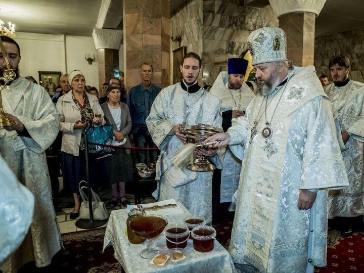 В первый день Успенского поста глава митрополии освятил мед нового урожая
