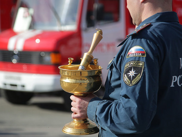 В день иконы «Неопалимая Купина» на Урале освятили новую противопожарную технику