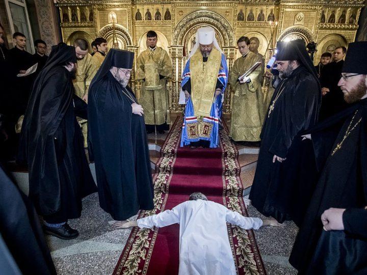 В канун дня памяти святителя Николая митрополит возвел во чтецов учащихся семинарии и совершил монашеский постриг