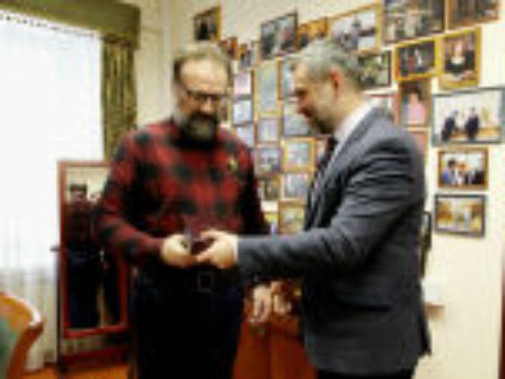 Председатель Синодального отдела по взаимоотношениям Церкви с обществом и СМИ вручил Патриаршую награду публицисту Сергею Худиеву