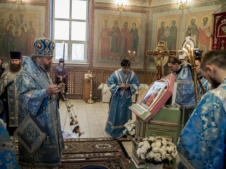 В канун Сретения Господня митрополит совершил богослужение в Трифоновском храме Металлплощадки