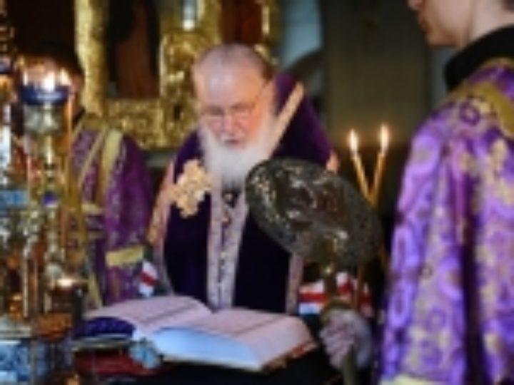 В канун четверга Страстной седмицы Святейший Патриарх Кирилл принял участие в вечернем богослужении в Марфо-Мариинской обители в Москве