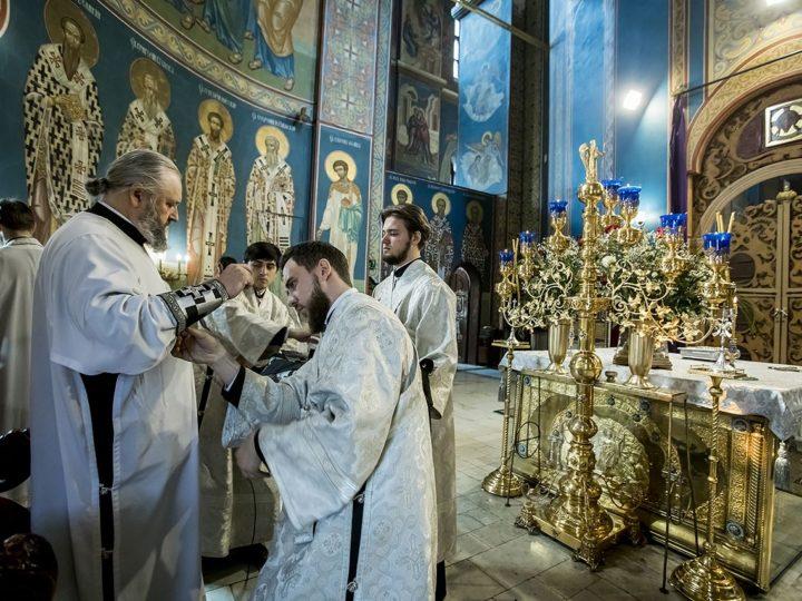 В Великую Субботу митрополит Аристарх совершил Божественную литургию в Знаменском соборе