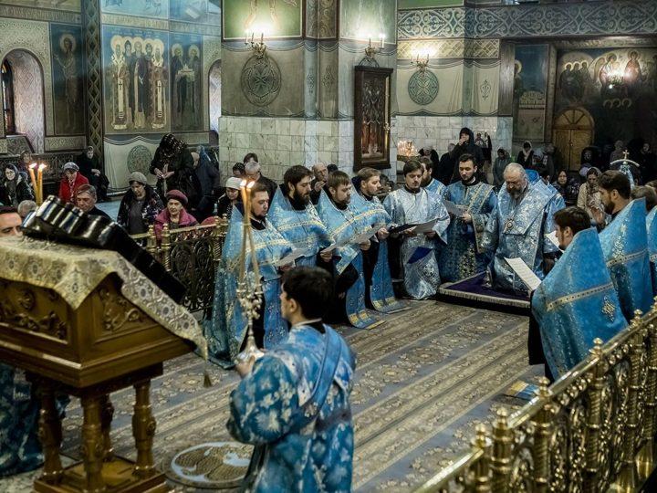 Митрополит Аристарх совершил утреню с чтением акафиста Пресвятой Богородицы в кафедральном соборе