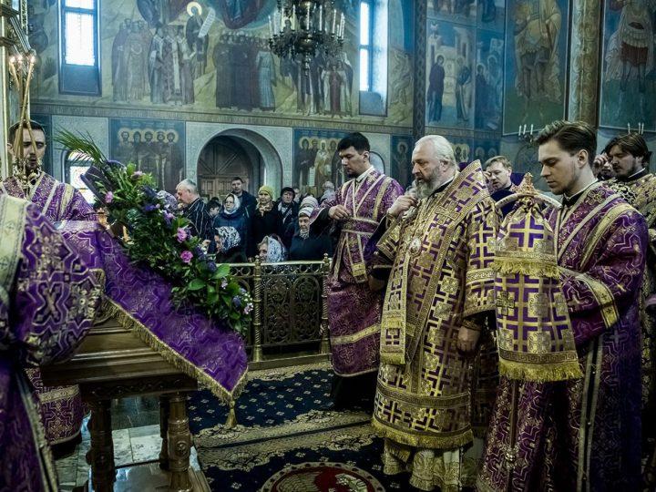 В неделю Крестопоклонную митрополит Аристарх совершил богослужения в Знаменском кафедральном соборе