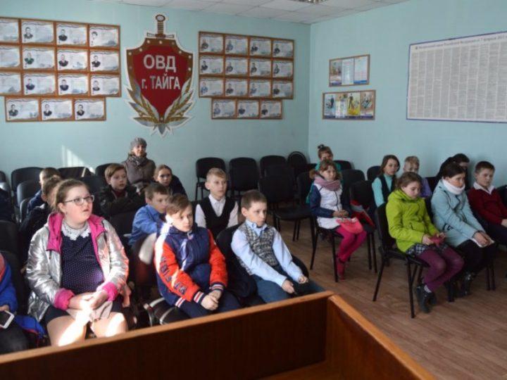 Священник побеседовал со школьниками в Отделе внутренних дел Тайги
