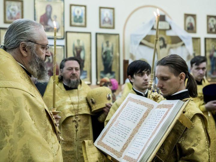 Митрополит Аристарх совершил Всенощное бдение в Успенско-Никольском храме Белова в канун престольного дня