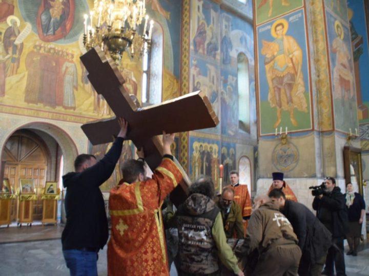 Прихожане Знаменского собора Кемерова поклонились копии Небоявленного Животворящего Креста Господня