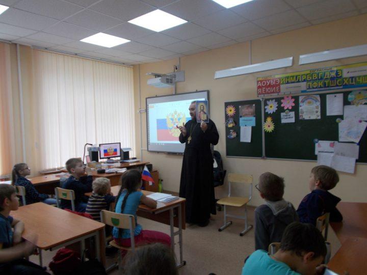 В день Святого Духа кемеровский священник отслужил Литургию, побывал в гостях у школьников и навестил пациентов одной из больниц областного центра