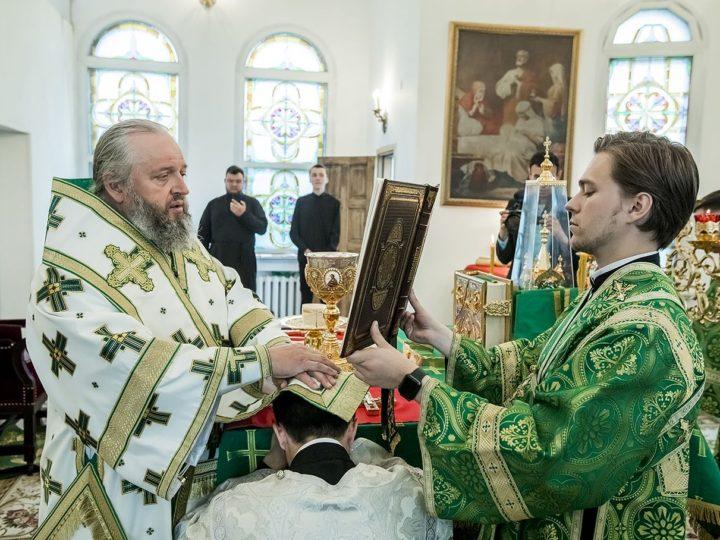 16 июня 2019 г. Божественная литургия в праздник Пятидесятницы в Троицком храме Кемерова