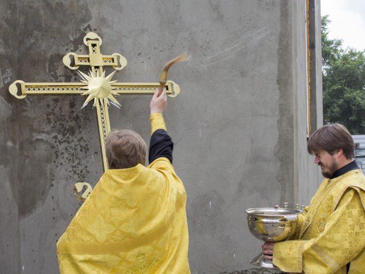 16 июля 2019 г. Освящение накупольного креста храма святой великомученицы Варвары на литейном заводе в Кемерове