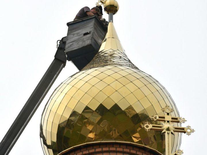 На храм при Областном клиническом онкологическом диспансере Кемерова установлены главный купол с крестом