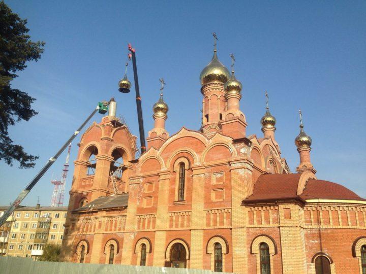 На храм при Областном онкологическом диспансере установлен последний купол с крестом
