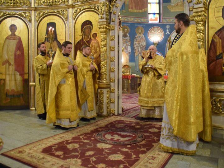 Митрополит Аристарх совершил воскресные богослужения в Знаменском соборе