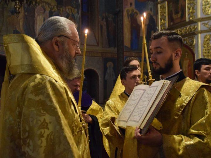 В канун 20-й недели по Пятидесятнице глава митрополии совершил богослужение в Знаменском соборе