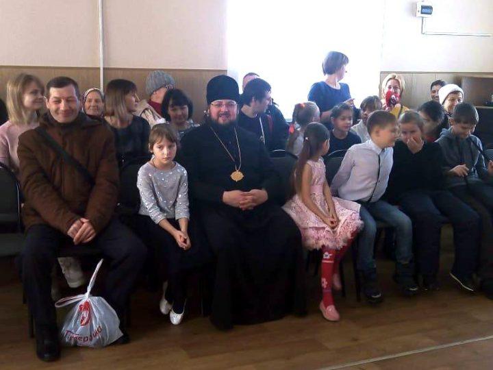 Епископ Мариинский и Юргинский Иннокентий принял участие в праздновании Дня матери