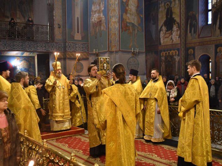В неделю святых праотец митрополит Аристарх совершил богослужения в Знаменском соборе
