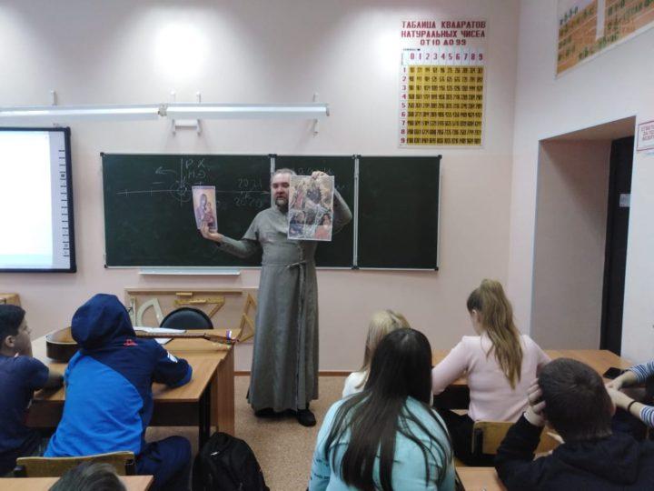 В Кемерове священник рассказал школьникам о Рождественских праздниках